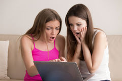 Ados excités avec des petits prix pendant la vente en ligne Image libre de droits
