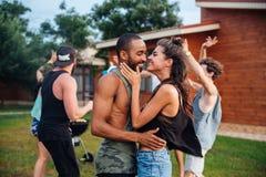 Ados heureux dansant et ayant l'amusement à l'aire de pique-nique Images stock