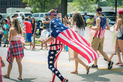 Ados marchant dans le 4ème du défilé de juillet Image libre de droits