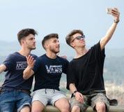 Ados prenant des photos et des selfies sur le Ponte Vecchio Photos stock