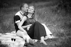 Ados se reposant sur l'herbe Photographie stock