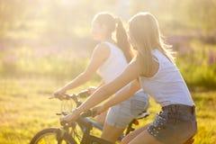 Ados sur des vélos en été Images libres de droits