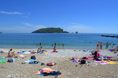 Ados sur la belle plage Image libre de droits
