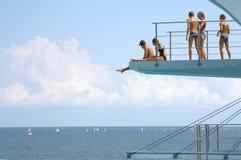 Ados sur le conseil de plongée Photo libre de droits