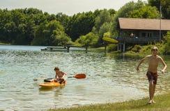 Ados sur le lac Mammendorf, Bavière, Allemagne Photos libres de droits