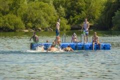 Ados sur le lac Mammendorf, Bavière, Allemagne Photos stock