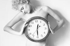 Adoucissez la fille bouclée avec la grande horloge dans des mains Photos libres de droits