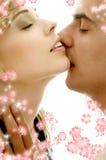 Adoucissez le baiser avec des fleurs Photos stock