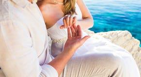 Adoucissez le contact des couples de mains dans l'amour Photographie stock libre de droits