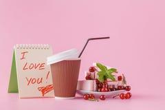 Adoucissez le petit déjeuner romantique pour son amie avec le fruit c de cerise Photo stock
