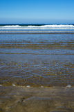 Adoucissez les vagues fouettant sur la plage de ballybunion Image libre de droits