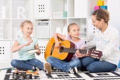 Adquisición de nuevas habilidades musicales con entusiasmo Fotografía de archivo
