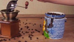 Adra kawa nalewają w kawowego ostrzarza Od zbiornika dla przechować kawę, wp8lywy kawy adra i nalewają w rękę zdjęcie wideo