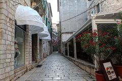 adratic miasta Croatia wąskie sibenik stare schody morskie ulicy zabijecie turysty Zdjęcia Royalty Free
