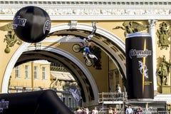 Adrenalin rusar show för FMX-ryttareMoto fristil på slotten Squ arkivbilder