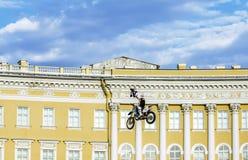 Adrenalin rusar show för FMX-ryttareMoto fristil på slotten Squ arkivfoton