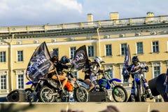 Adrenalin rusar show för FMX-ryttareMoto fristil på slotten Squ arkivbild