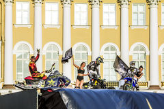Adrenalin rusar show för FMX-ryttareMoto fristil på slotten Squ royaltyfri foto