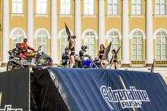 Adrenalin rusar show för FMX-ryttareMoto fristil på slotten Squ royaltyfri fotografi