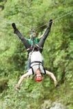Adrenaline-Suche auf Ziplinie Lizenzfreies Stockfoto