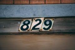 Adres liczby na przodzie stary budynek obrazy royalty free