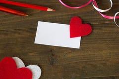 Adreskaartje met een rood hart, pennen en band stock afbeelding