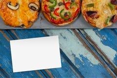 Adreskaartje op blauw houten bureau met voedsel Stock Foto's