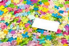 Adreskaartje op bloemen Stock Afbeeldingen