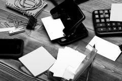 Adreskaartjes in kaarthouder, bindmiddelen, elastieken, klemmen en notitieboekje stock foto's