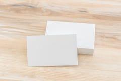 Adreskaartjes op houten lijst Stock Foto