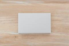 Adreskaartjes op houten lijst Royalty-vrije Stock Foto