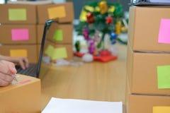 adresse d'écriture de propriétaire de jeune entreprise sur la boîte en carton sel d'homme photographie stock