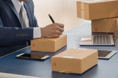 Adresse d'écriture d'homme d'affaires sur le paquet Les PME commencent  image stock