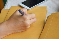 Adresse d'extérieur d'écriture de main sur l'enveloppe brune photos stock
