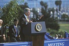 Adressen ehemaligen Präsidenten Bill Clinton drängen sich an einer Santa Barbara City College-Kampagnensammlung im Jahre 1996, Sa Stockbilder