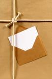Adressen-Etikett, Grußkarte, Manila-Umschlag, Hintergrund des braunen Papiers, weißer Kopienraum Lizenzfreies Stockfoto