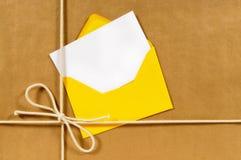 Adressen-Etikett, Grußkarte, Umschlag, Pakethintergrund des braunen Papiers, weißer Kopienraum Lizenzfreies Stockfoto