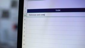 Adressen und Kontaktdaten für die Kunden geschrieben in Aufgabentagebuch, Sekretärzeitplan stock footage