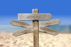 Adressen van hout op het strand stock afbeelding