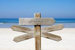 Adressen van hout op het strand stock foto's