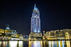Adresshotellet i det i stadens centrum Dubai området förbiser den berömda daen Arkivbild