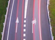 Adressieren des Autos auf der Straße an den Bestimmungsort Stockbild