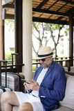 Adretter reifer Mann an einem Erholungsort Lizenzfreies Stockfoto