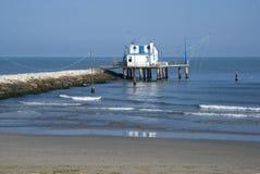 Adriático, Italia Casa del zanco por el mar y las redes de pesca Fotografía de archivo