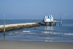 Adriático, Italia Casa del zanco por el mar y las redes de pesca Foto de archivo libre de regalías