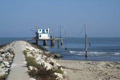 Adriático, Italia Casa del zanco por el mar y las redes de pesca Foto de archivo