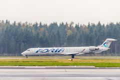 Adria Airways Canadair Regional Jet CRJ900 décollant à l'aéroport de Ljubljana Image libre de droits
