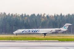Adria Airways Canadair Regional Jet CRJ900, der an Ljubljana-Flughafen sich entfernt Lizenzfreies Stockbild