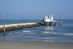 Adria, Italien Pfahlhaus durch das Meer und die Fischernetze Lizenzfreies Stockfoto