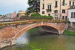 Adria, Rovigo, Vêneto, Itália: ponte antiga na cidade velha de foto de stock